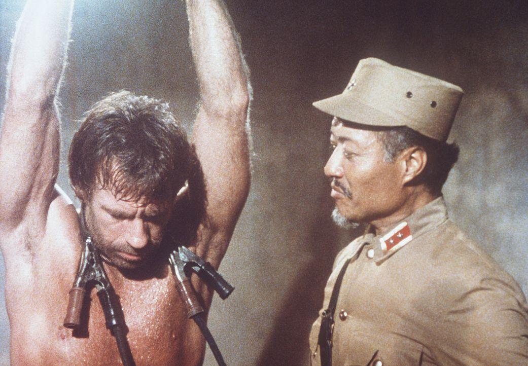 Um seine Frau und seinen Sohn zu befreien, kehrt Braddock (Chuck Norris, l.) nach Vietnam zurück. Dort fällt er General Quoc (Aki Aleong, r.) in d... - Bildquelle: Cannon Films