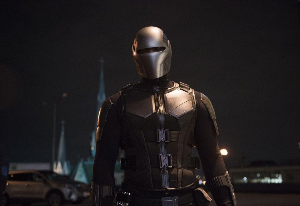 James alias Guardian (Mehcad Brooks) ist nicht der einzige, der nach einem Giftanschlag auf Lena den Täter zur Verantwortung ziehen will ... - Bildquelle: 2017 Warner Bros.