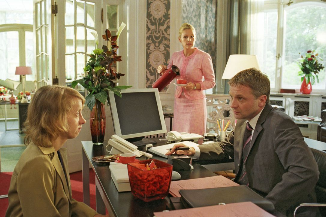 Sophie (Sophie Schütt, M.) ist als Aushilfe in der Kanzlei von Anwalt Roman Lehnhard (Bernhard Schir, r.) angestellt worden. Frau Mauren (Anna Böttc... - Bildquelle: Noreen Flynn Sat.1