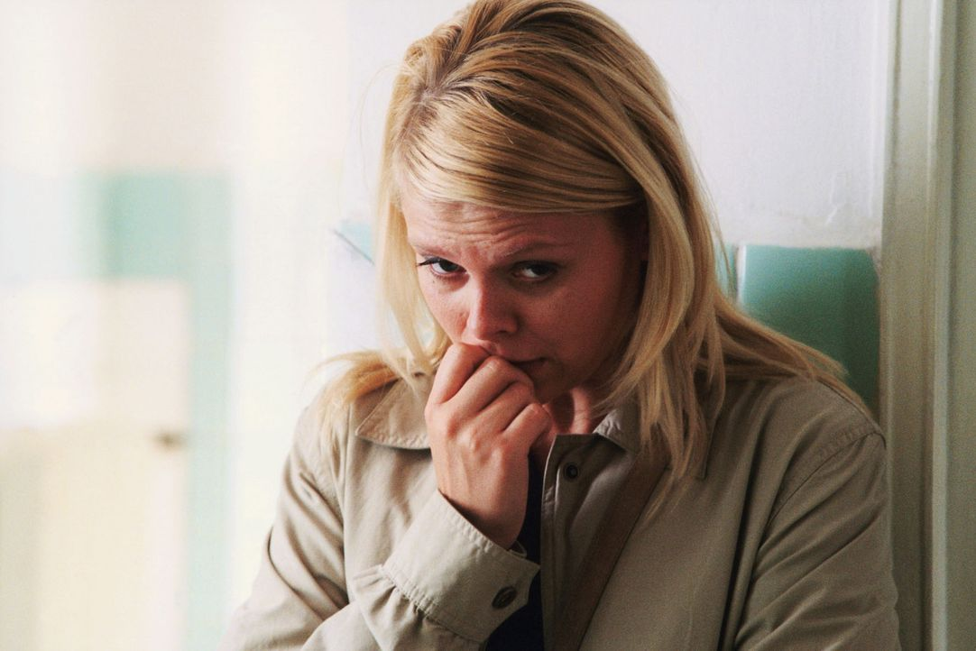 Natalie (Anne Sophie Briest) bangt um das Leben von Sven. - Bildquelle: Sat.1