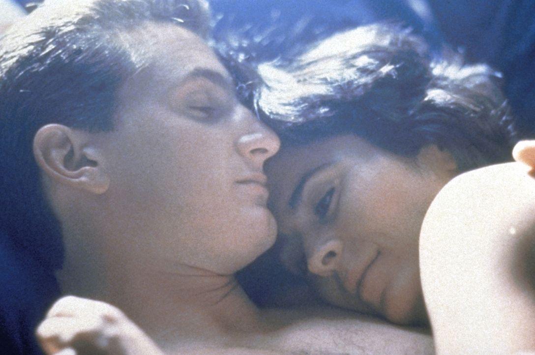 Die Liebe des Cops Danny (Sean Penn, l.) und Louisa (Maria Conchita Alonso, r.) ist von vornherein zum Scheitern verurteilt. Der Anwärter auf den Po... - Bildquelle: Orion Pictures Corporation