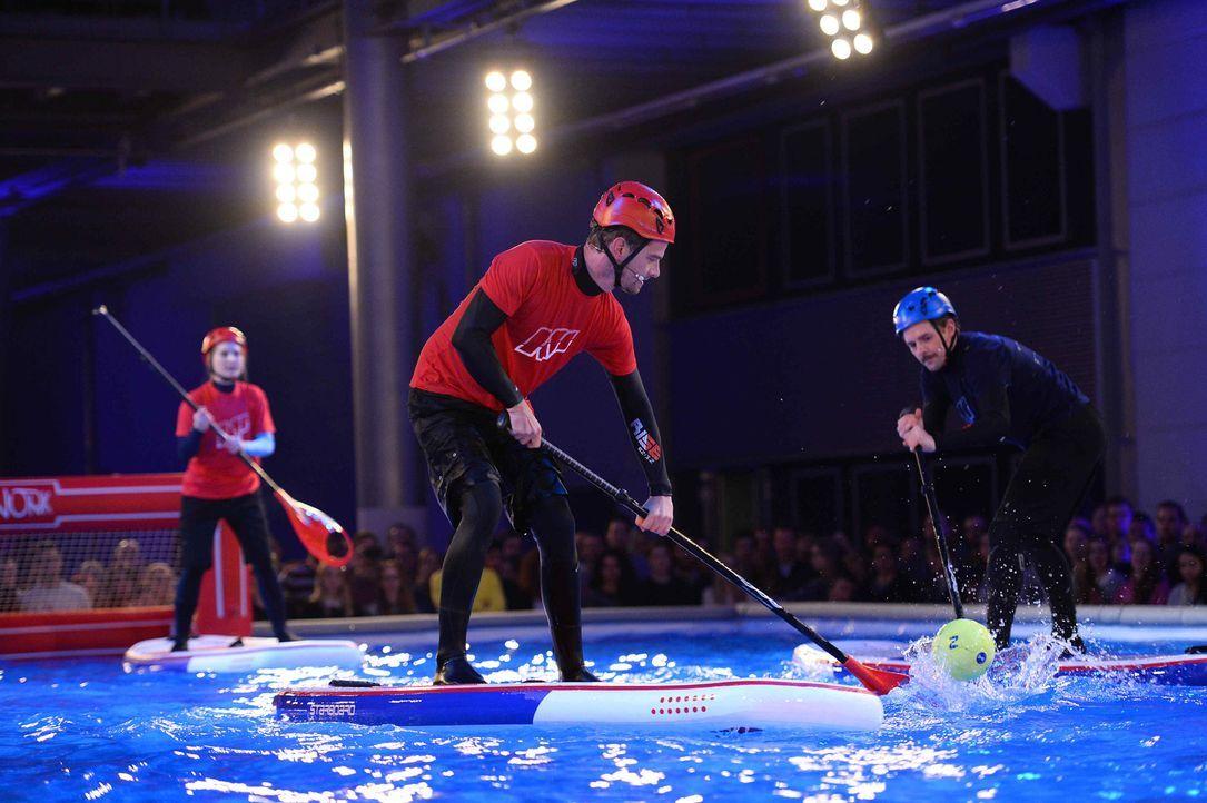 Für ihre Fans treten Joko (M.) und Klaas (r.) in einem ganz besonderen Spiel gegeneinander an ... - Bildquelle: Willi Weber ProSieben