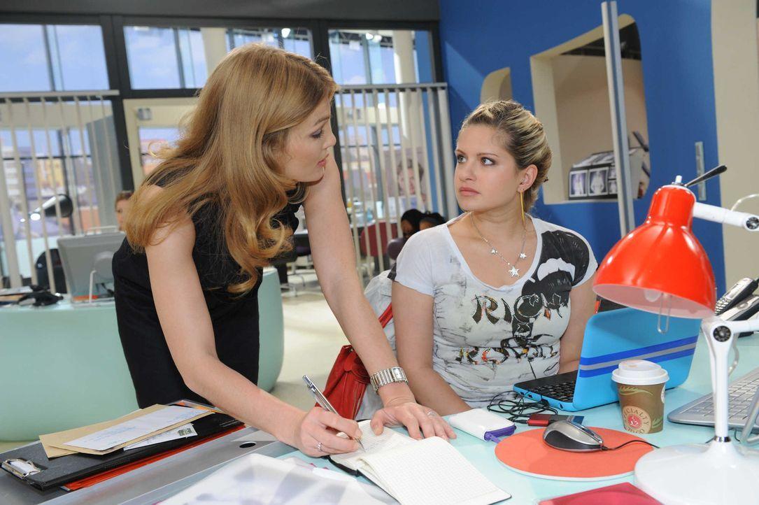 Annett (Tanja Wenzel, l.) bietet Mia (Josephine Schmidt, r.) ihre Hilfe bei der Suche nach Toni an. - Bildquelle: SAT.1