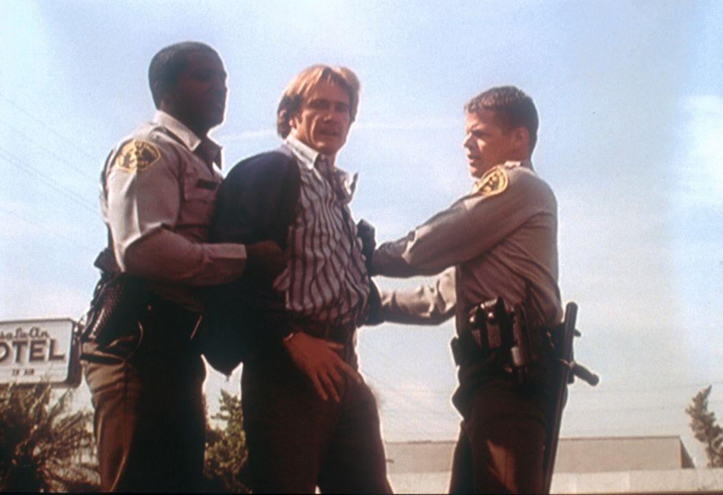 Steve (Barry Van Dyke, M.) hat den mutmaßlichen Attentäter seines Vaters verprügelt und wird nun von den Polizisten zurückgehalten. - Bildquelle: Viacom