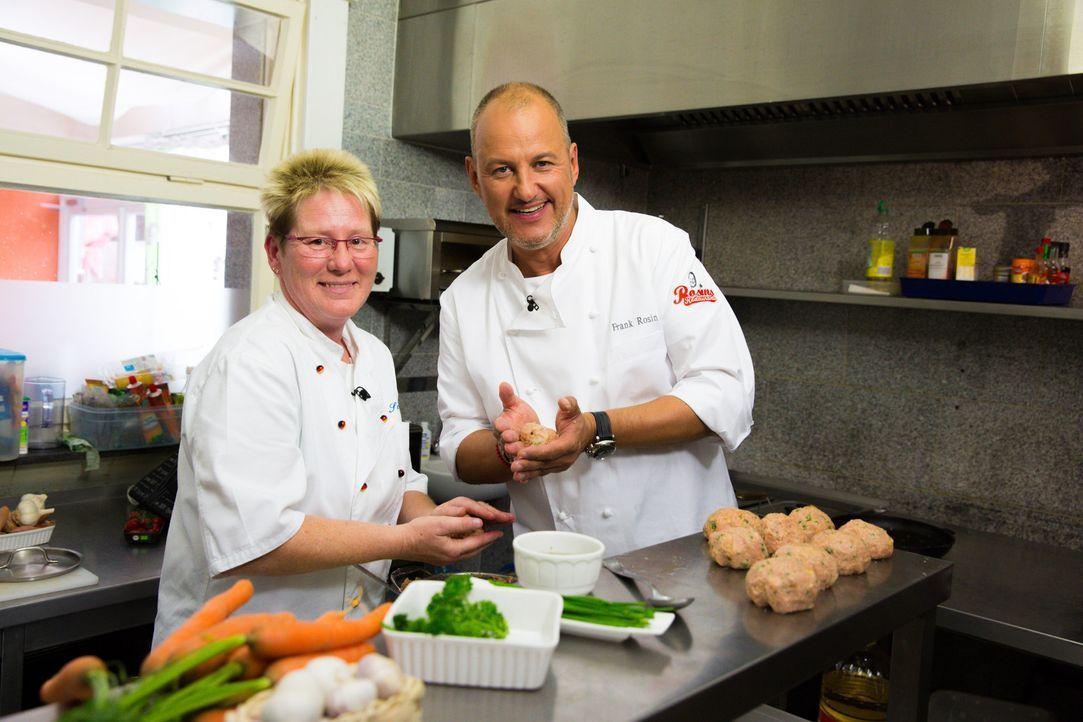 """Bettina Schmitz (l.) würde alles dafür tun, dass ihr Restaurant """"Alt Neuwerk"""" erhalten bleibt. Kann Frank Rosin (r.) ihr wertvolle Tipps geben? - Bildquelle: kabel eins"""