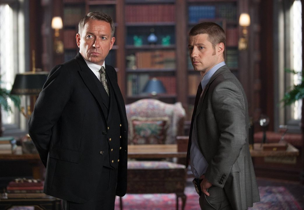 Machen sich Sorgen um Bruce Wayne: Alfred Pennyworth (Sean Pertwee, l.) und James Gordon (Ben McKenzie, r.) ... - Bildquelle: Warner Bros. Entertainment, Inc.