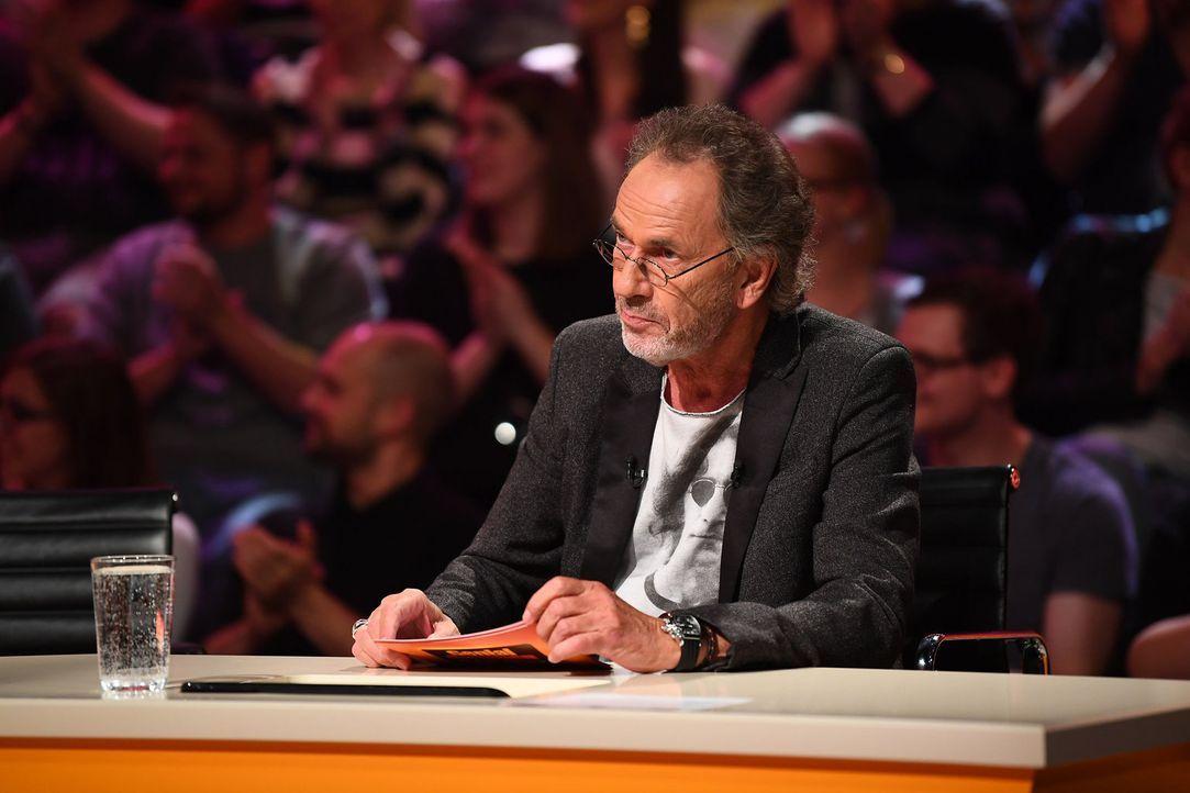 Spielleiter Hugo Egon Balder in seinem Element ... - Bildquelle: Willi Weber SAT.1/Willi Weber