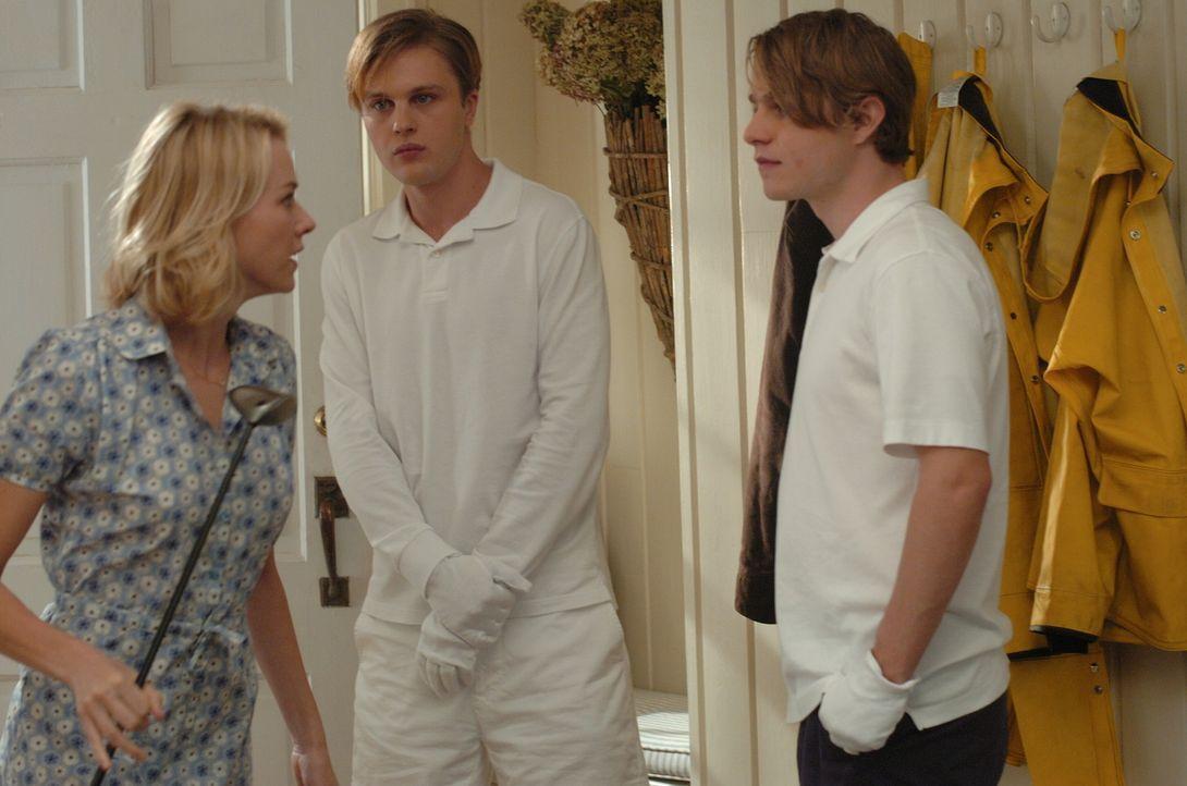 Paul (Michael Pitt, M.) und Peter (Brady Corbet, r.) sind zwar sehr höflich, dennoch fühlt sich Ann (Naomi Watts, l.) in ihrer Gegenwart nicht wohl... - Bildquelle: 2008 Warner Brothers