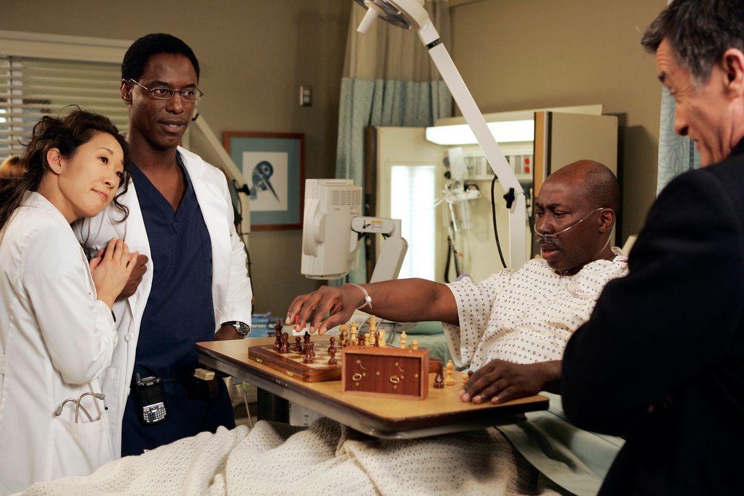 Während einer Visite bei Charles (Brent Jennings, 2.v.r.), dem Patienten, dem Colin (Roger Rees, r.) ein neues Herz transplantieren wird, macht Cri... - Bildquelle: Touchstone Television