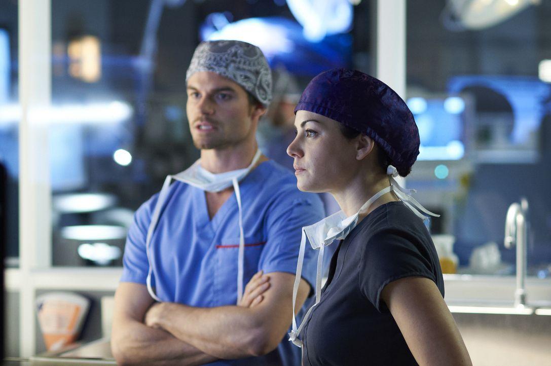Eine komplizierte Operation steht Dr. Joel Goran (Daniel Gillies, l.) und Dr. Alex Reid (Erica Durance, r.) bevor ... - Bildquelle: 2012  Hope Zee One Inc.