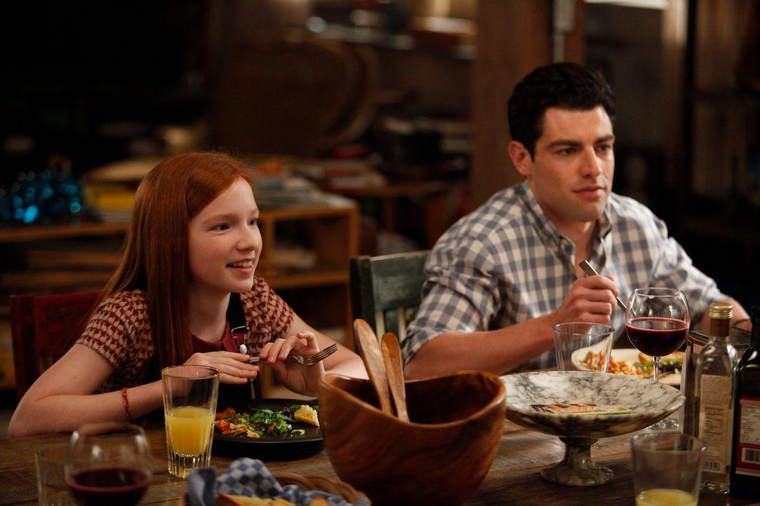 Während Jess auf Russells Tochter Sara (Annalise Basso, l.) aufpassen soll, erfährt Schmidt (Max Greenfield, r.), dass er möglicherweise Vater wird... - Bildquelle: 20th Century Fox
