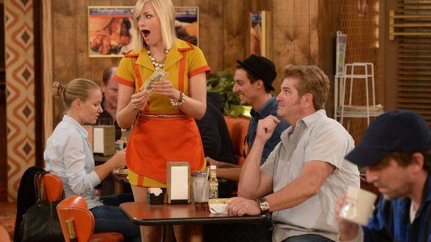 Das wird noch was mit dem Kellnern: Caroline (Beth Behrs, M) bekommt ein groß...