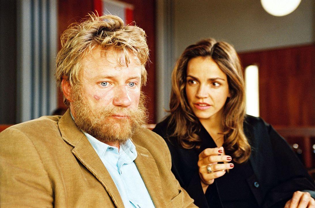 Sandra (Rebecca Immanuel, r.) beweist einmal mehr ihr großes Herz: Sie hat den Penner Gustav (Jörg Schüttauf, l.) als Mandanten übernommen. Er hat b... - Bildquelle: Hardy Spitz Sat.1