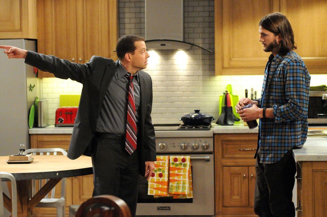 Haben es nicht immer leicht miteinander: Walden (Ashton Kutcher, r.) und Alan (Jon Cryer, l.) ... - Bildquelle: Warner Bros. Television