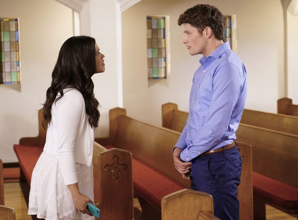 Die Hochzeit von Jane (Gina Rodriguez, l.) und Michael (Brett Dier, r.) steht kurz bevor. Doch schon bald müssen sie feststellen, dass all ihre Plän... - Bildquelle: Greg Gayne 2016 The CW Network, LLC. All rights reserved.