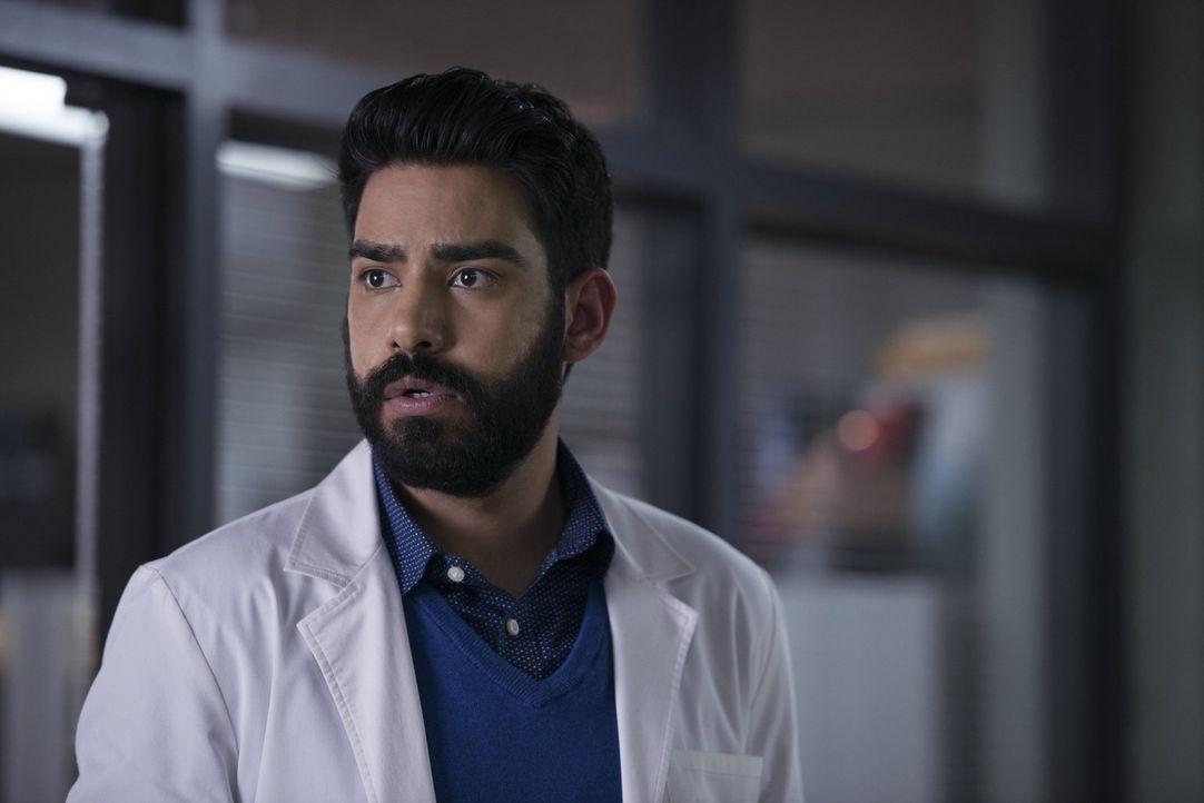 Ravi (Rahul Kohli) bekommt unerwarteten Zombie-Besuch und wird dadurch weiter unter Druck gesetzt, ein endgültiges Heilmittel zu finden ... - Bildquelle: 2014 Warner Brothers
