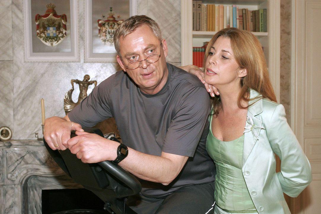 Laura (Olivia Pascal, r.) entgeht nicht, dass Friedrich (Wilhelm Manske, l.) dringend eine Beschäftigung braucht. - Bildquelle: Sat.1