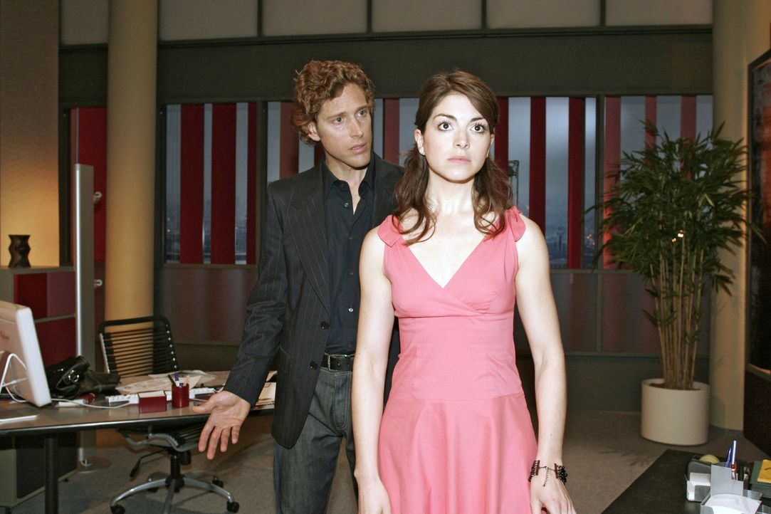 Nach ihrem leidenschaftlichen Kuss versucht Mariella (Bianca Hein, r.) ihre Gefühle gegenüber Lars (Clayton M. Nemrow) zu verbergen. - Bildquelle: Noreen Flynn Sat.1
