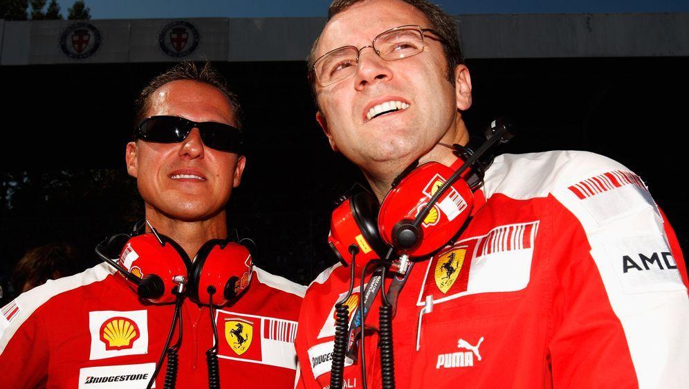 Michael Schumacher und Stefano Domenicali beim Großen Preis von Italien in M... - Bildquelle: Getty Images