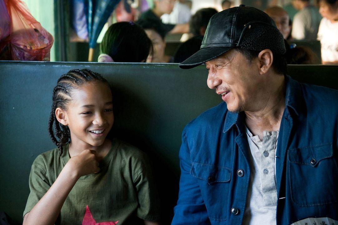 Zwischen dem Kung Fu-Schüler (Jaden Smith, l.) und seinem Lehrer (Jackie Chan) entwickelt sich eine innige Freundschaft, aus der beide ihre Lehren z... - Bildquelle: 2010 CPT Holdings, Inc. All Rights Reserved.