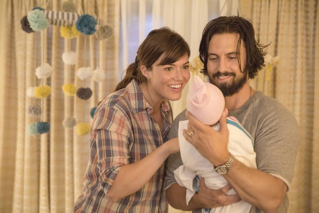 Die frisch gebackenen Eltern Jack (Milo Ventimiglia, r.) und Rebecca (Mandy Moore, l.) kehren mit ihren Babys nach Hause zurück und müssen sich in d... - Bildquelle: Ron Batzdorff 2016-2017 Twentieth Century Fox Film Corporation.  All rights reserved.   2017 NBCUniversal Media, LLC.  All rights reserved.