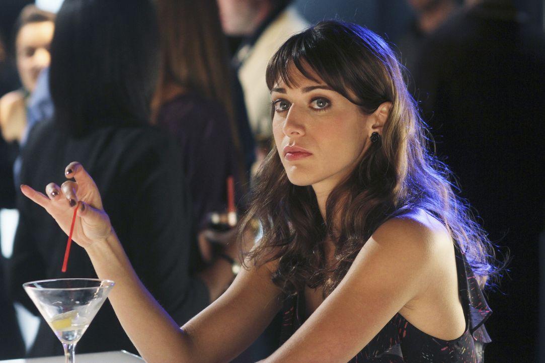 Die hübsche Vivian Cornelli (Lizzy Caplan) verdreht den Männern reihenweise die Köpfe ... - Bildquelle: Sony Pictures Television Inc. All Rights Reserved.