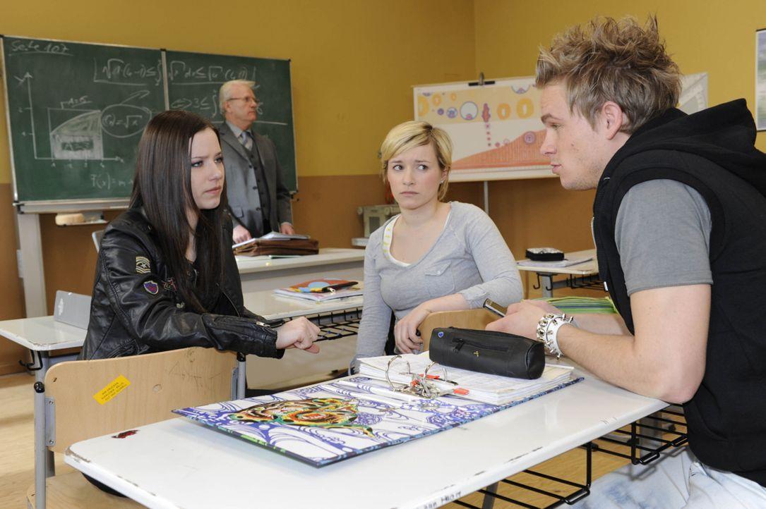 Luzi erfährt von Bens angeblicher Schuld am Unfall. (v.l.n.r.) Luzi (Selina Müller), Emma (Kasia Borek) und Ronnie (Frederic Heidorn) ... - Bildquelle: Christoph Assmann SAT.1