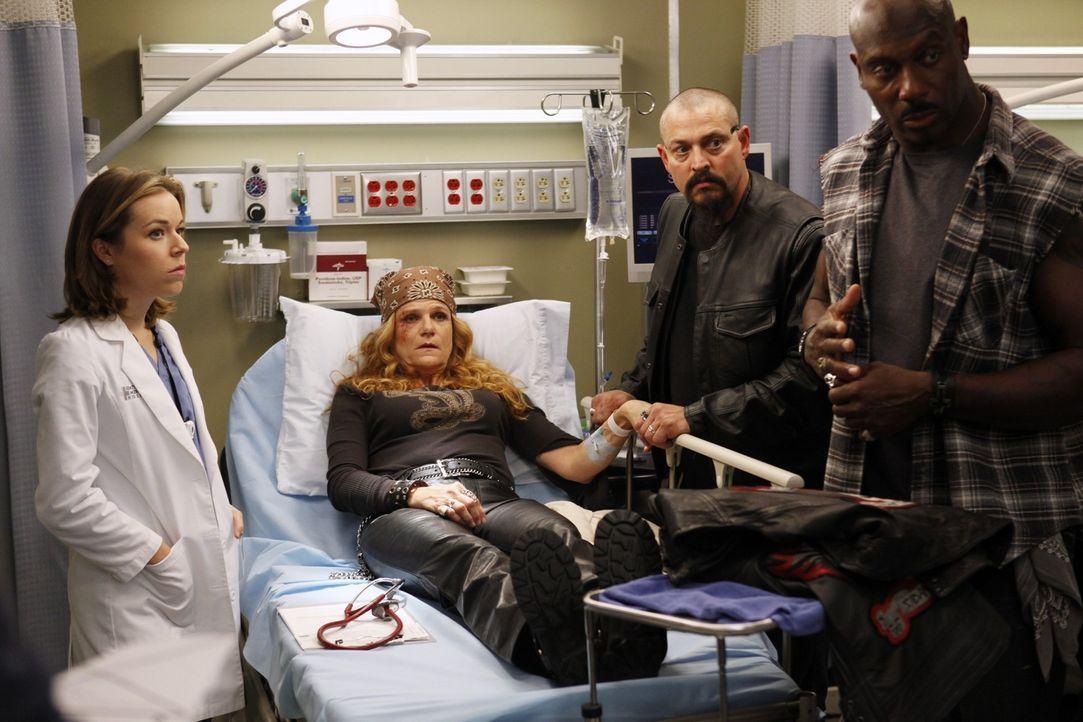 Die Biker Emily 'Gasoline' Bennett (Dale Dickey, 2.v.l.) und Rage (Jaye Razor, r.) machen Heather (Tina Majorino, l.) die Behandlung nicht leicht ... - Bildquelle: ABC Studios