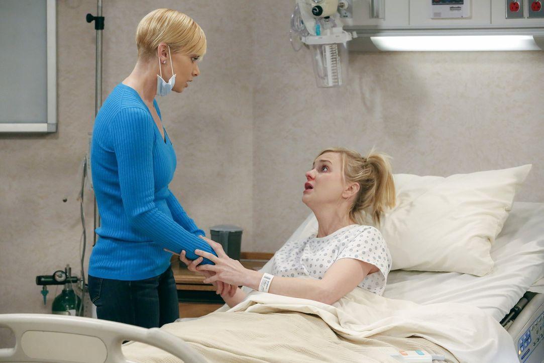Als Christy (Anna Faris, r.) wegen einer Erkältung im Krankenhaus landet, fleht sie Jill (Jaime Pressly, l.) an, sie da rauszuholen, damit sie eine... - Bildquelle: 2015 Warner Bros. Entertainment, Inc.