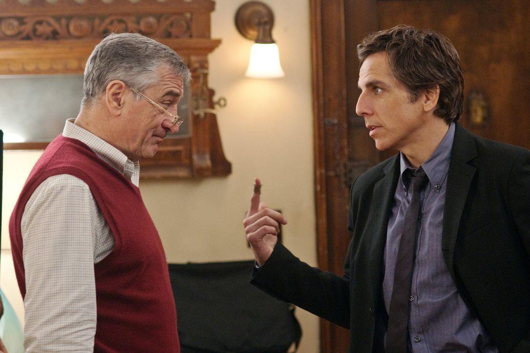 Immer wieder aufs Neue muss Greg (Ben Stiller, r.) seinem Schwiegervater Jack (Robert De Niro, l.) beweisen, dass er ein würdiger Ehemann von Pam i... - Bildquelle: Glen Wilson 2010 Universal Studios & DW Studios LLC