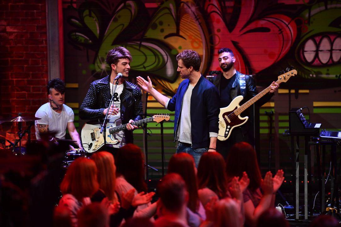 """Luke begrüßt diese Woche zum Auftakt der neuen Staffel bei """"LUKE! Die Woche und ich"""" die Band The Kolors. Sie sorgen für die richtige musikalische A... - Bildquelle: Willi Weber SAT.1"""