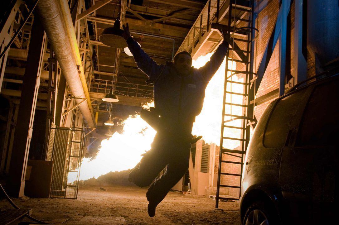 Nach der Explosion, die seinen Kollegen das Leben kostet, kommt Volanski (Tobias Oertel) schon bald der Verdacht, dass der Stromausfall nicht auf te... - Bildquelle: Conny Klein SAT.1