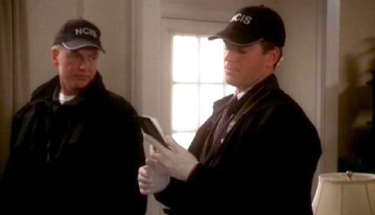 Gibbs (Mark Harmon, l.) und Tony (Michael Weatherly, r.) suchen den Tatort der ermordeten Frauen nach verdächtigen Spuren ab ... - Bildquelle: CBS Television