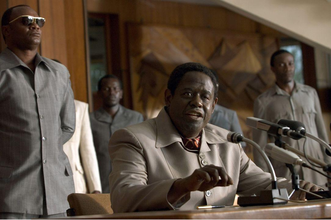 """Hinter der Maske eines gutmütigen Kolosses verbirgt sich einer der grausamsten Despoten Afrikas: Idi Amin (Forest Whitaker, M.), der sich selbst """"Da..."""