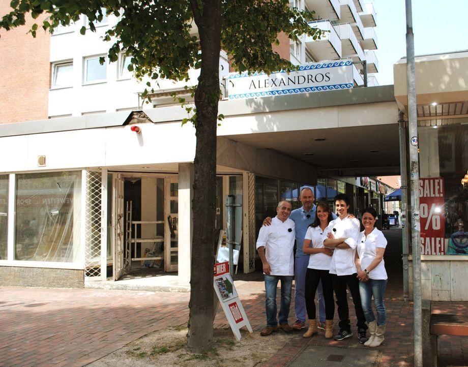 """Griechenland-Krise in Norddeutschland: Frank Rosin (2.v.l.) soll dieses Mal das griechische Restaurant """"Nico's Astra Pott"""" in Pinneberg bei Hamburg... - Bildquelle: kabel eins"""