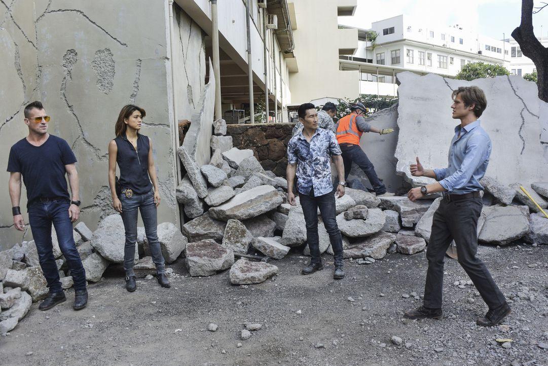 Erdbeben auf Hawaii: Als MacGyver (Lucas Till, r) und Jack (George Eads, l) bei der Bergung von Wissenschaftlern aus einem einsturzgefährdeten Gebäu... - Bildquelle: Norman Shapiro 2017 CBS Broadcasting, Inc. All Rights Reserved