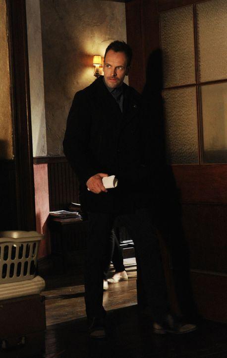Bei den Ermittlungen um Moriarty, fällt Holmes (Jonny Lee Miller) ein Detail auf, das alles in Frage stellt ... - Bildquelle: CBS Television