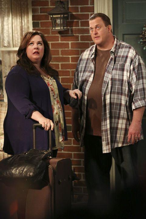 Mike (Billy Gardell, r.) hat sturmfrei, da Molly (Melissa McCarthy, l.) für eine mehrtägige Lehrerkonferenz nach Springfield gefahren ist. Doch an... - Bildquelle: Warner Brothers