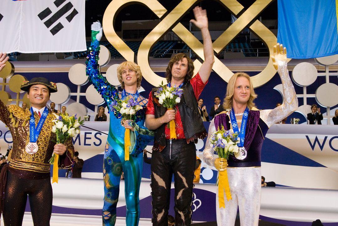 Ihre Konfrontation bei den Olympischen Winterspielen endet unentschieden: Jimmy (Jon Heder, M.l.) und Chazz (Will Ferrell, M.r.) müssen sich die Go... - Bildquelle: 2007 DREAMWORKS LLC. All Rights Reserved.