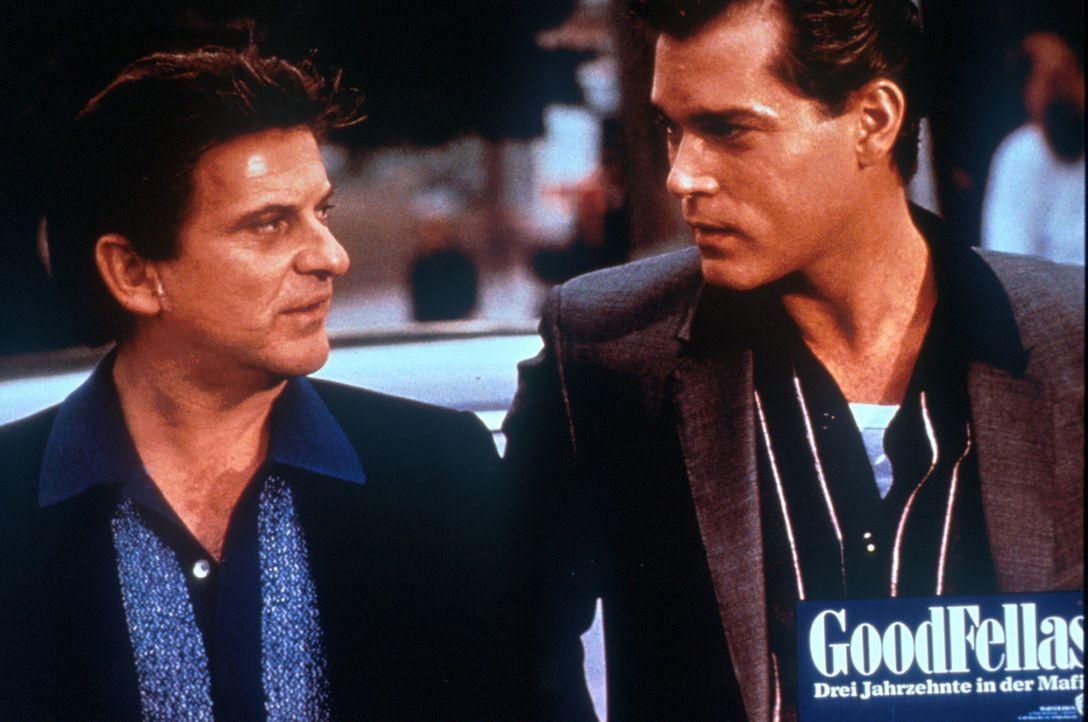 Tommy (Joe Pesci, l.), der blutrünstige Psychopath, übt einen denkbar schlechten Einfluss auf Henry (Ray Liotta, r.) aus ... - Bildquelle: Warner Bros.