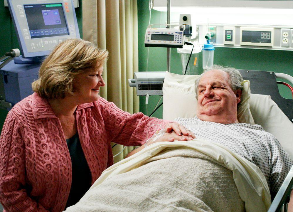 Kurz nachdem Susan (Teri Hatcher, l.) ihrem leiblichen Vater Addison Prudy (Paul Dooley, r.), gesagt hat, wer sie ist, erleidet dieser eine Herzatta... - Bildquelle: 2005 Touchstone Television  All Rights Reserved