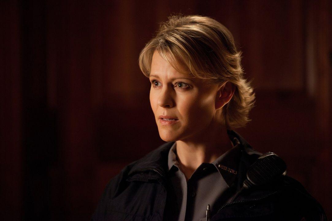 Sheriff Liz Forbes (Marguerite MacIntyre) setzt Damon das Messer auf die Brust: Er und Stefan sollen endlich aufhören, Hybriden zu töten und Klaus... - Bildquelle: Warner Brothers
