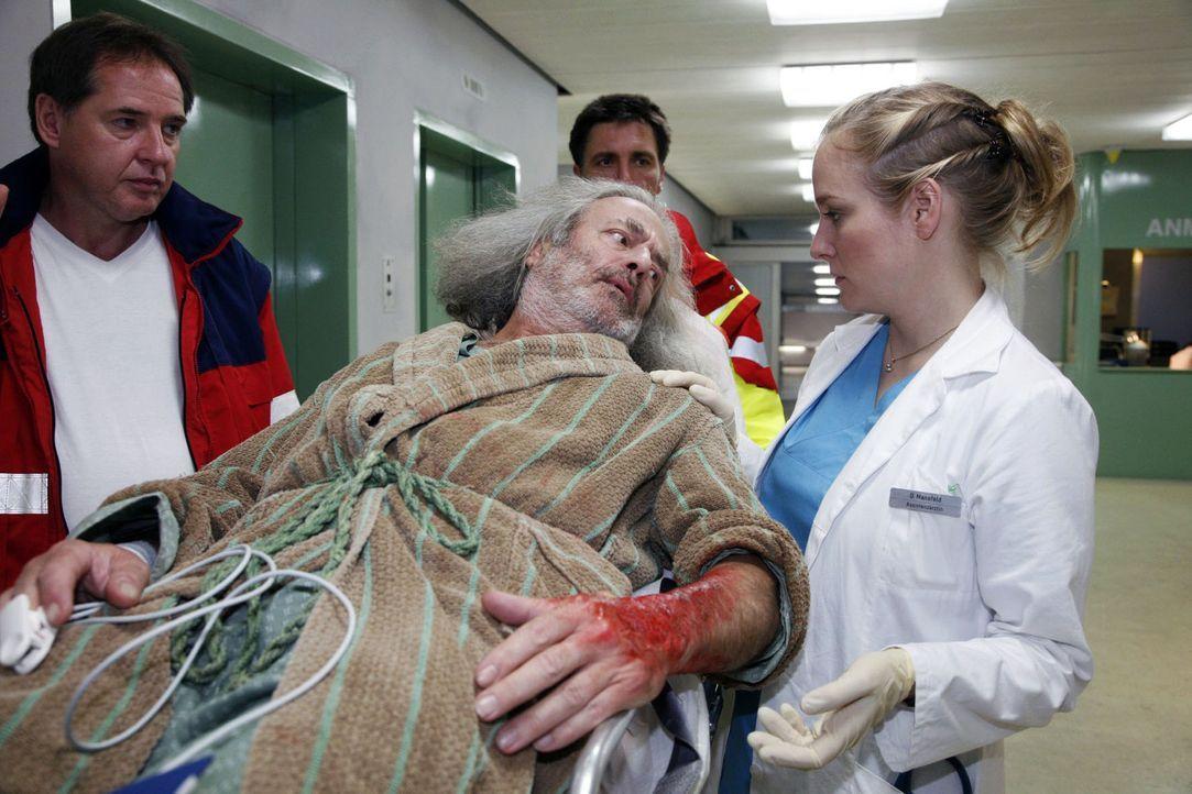 Stavros Papadeikos (Mathias Eysen, M.) wird mit schweren Hautverbrennungen eingeliefert und von Doris (Sarah Becker, r.) in Empfang genommen ... - Bildquelle: Mosch Sat.1