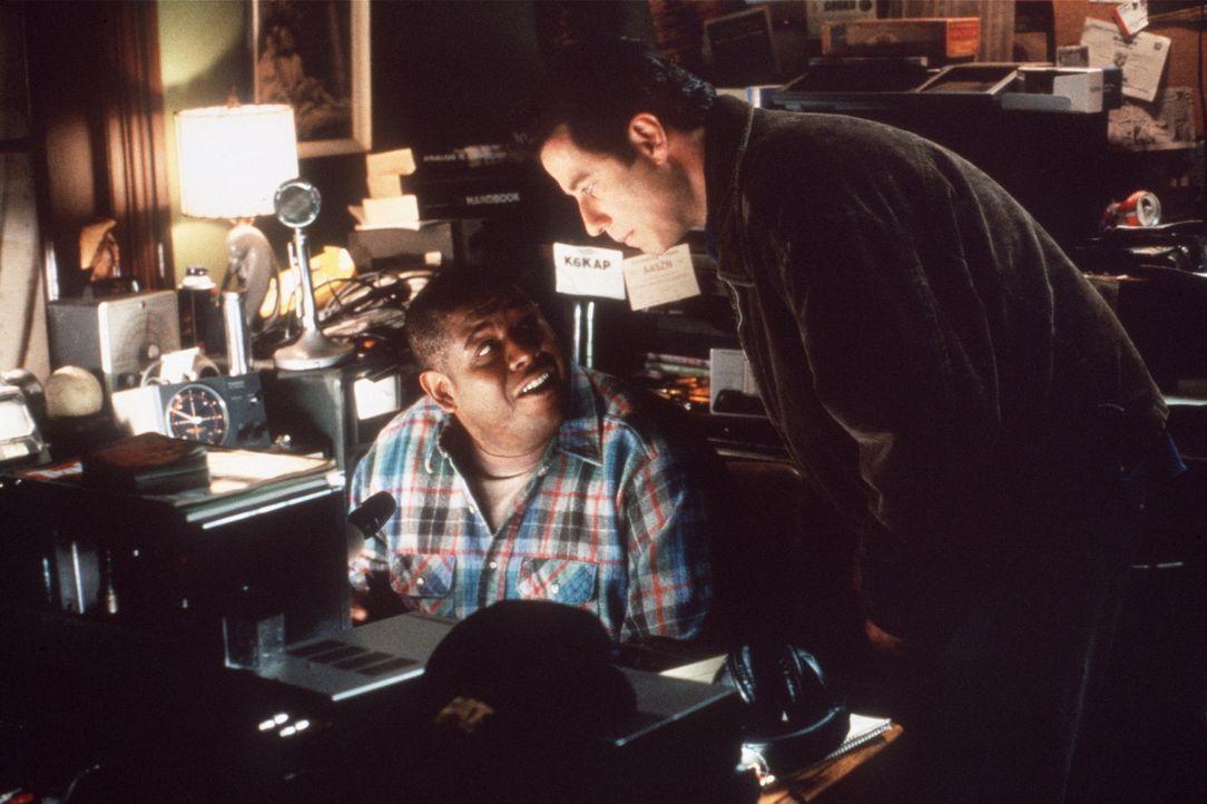 Nate Pope (Forest Whitaker, l.) zeigt seinem Freund George Malley (John Travolta, r.) seine neueste Entdeckung ... - Bildquelle: Buena Vista Pictures