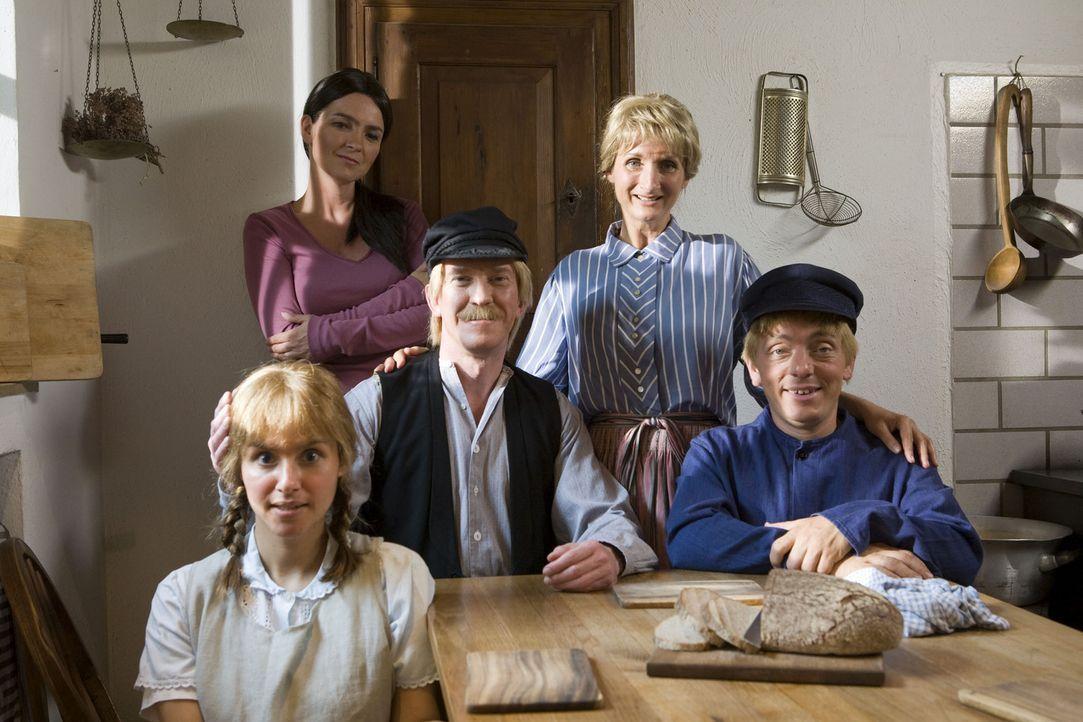 Einsatz für die Super Nanny (Susanne Pätzold, hinten l.) in Lönneberga: Michel (Bernhard Hoëcker, r.) treibt seine Eltern (Petra Nadolny, 2.v.r.... - Bildquelle: ProSieben
