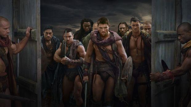 Als Crixus (Manu Bennett, 2.v.l.) erfährt, dass seine geliebte Naevia in eine...