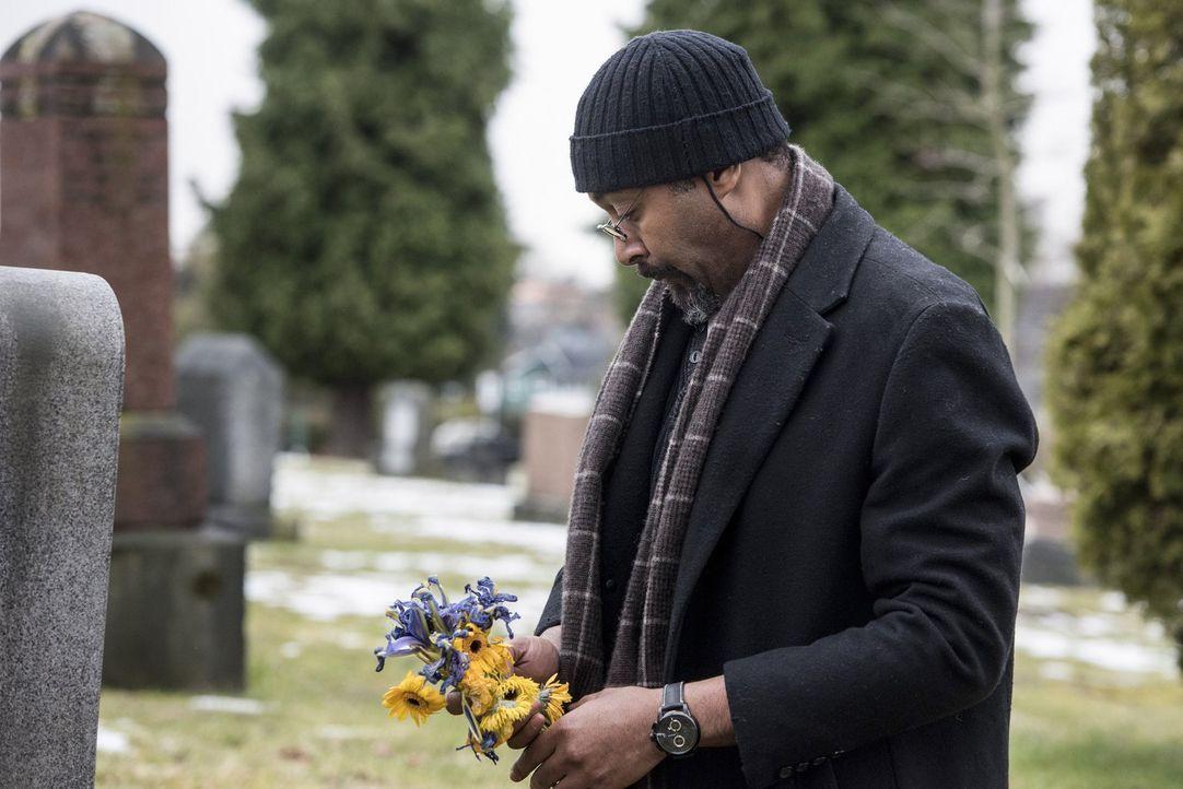 Iris nimmt Barry das Versprechen ab, dass er sich, falls sie wirklich sterben sollte, um Joe (Jesse L. Martin) kümmert. Als Barry dann den gebrochen... - Bildquelle: 2016 Warner Bros.
