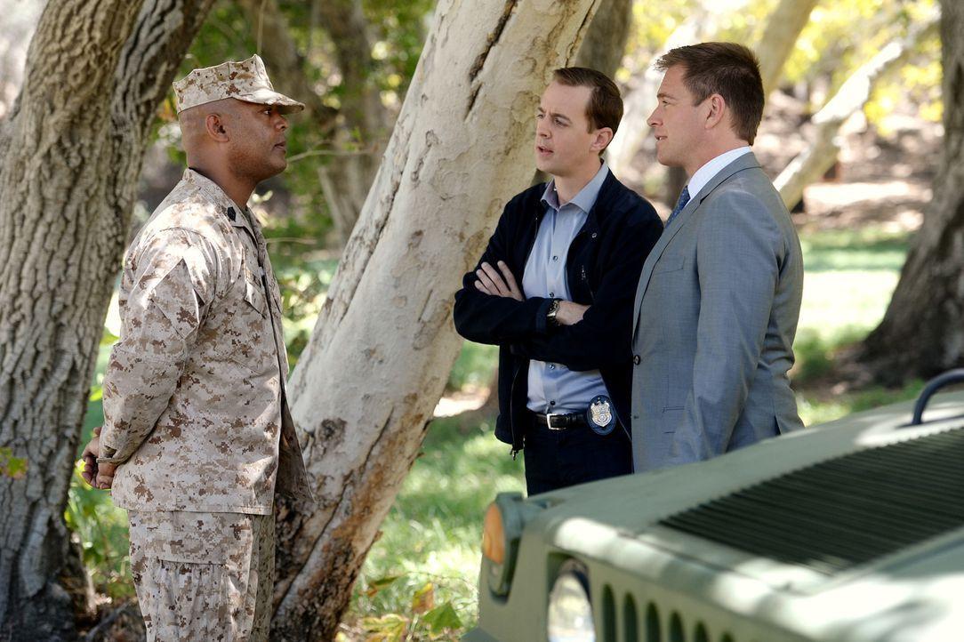 DiNozzo (Michael Weatherly, r.) und McGee (Sean Murray, M.) erhoffen sich von Marine Master Sergeant Ramsey Dillon (Jason E. Kelley, l.) Hinweise au... - Bildquelle: Darren Michaels CBS Television