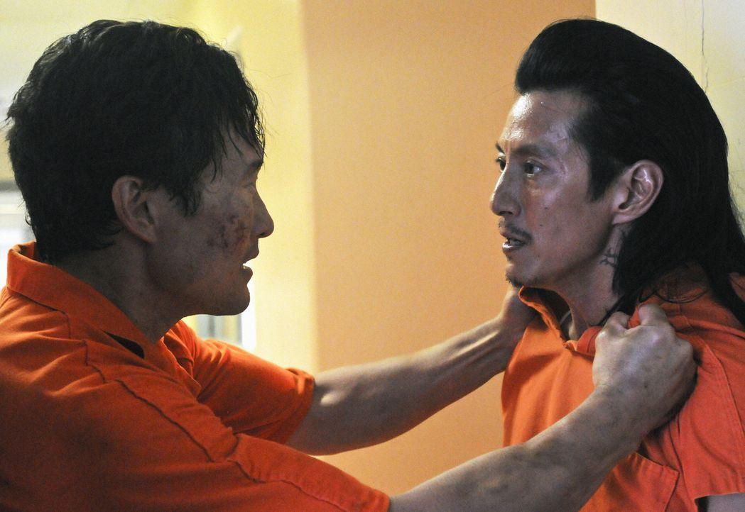 Müssen um ihr Leben kämpfen: Chin (Daniel Dae Kim, l.) und Sang Min (Will Yun Lee, r.) ... - Bildquelle: 2012 CBS Broadcasting, Inc. All Rights Reserved.