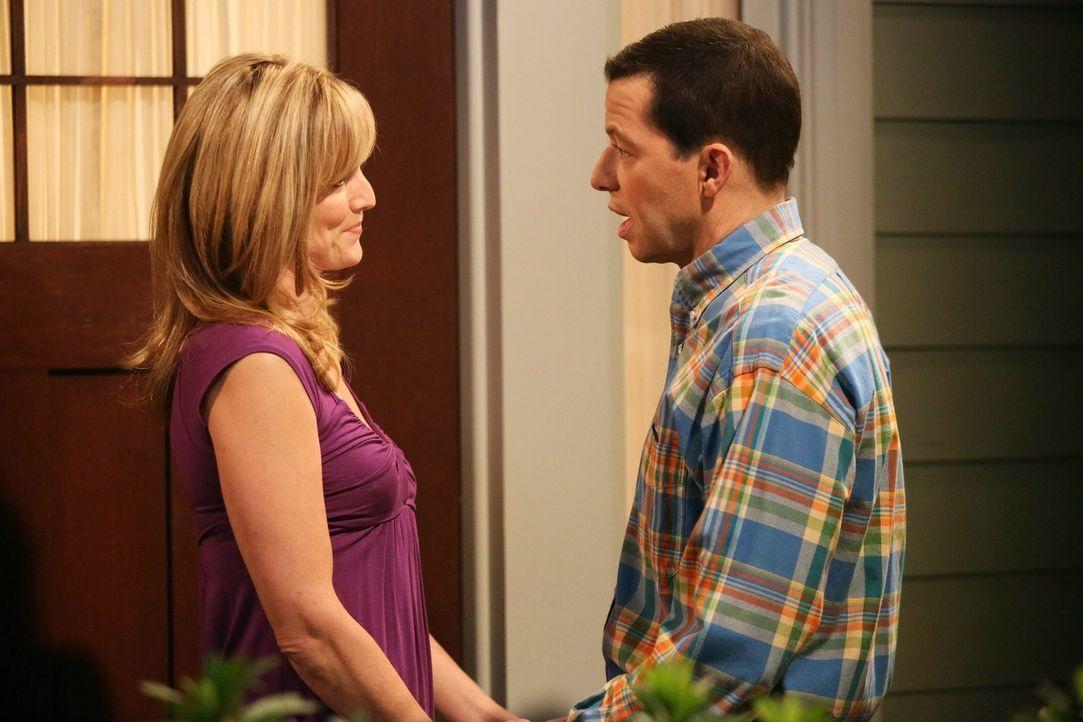 Alan (Jon Cryer, r.) ist sich nicht sicher, ob er auf Dauer eine ernsthafte Beziehung mit Lyndsey (Courtney Thorne-Smith, l.) eingehen will. Eine un... - Bildquelle: Warner Bros. Television